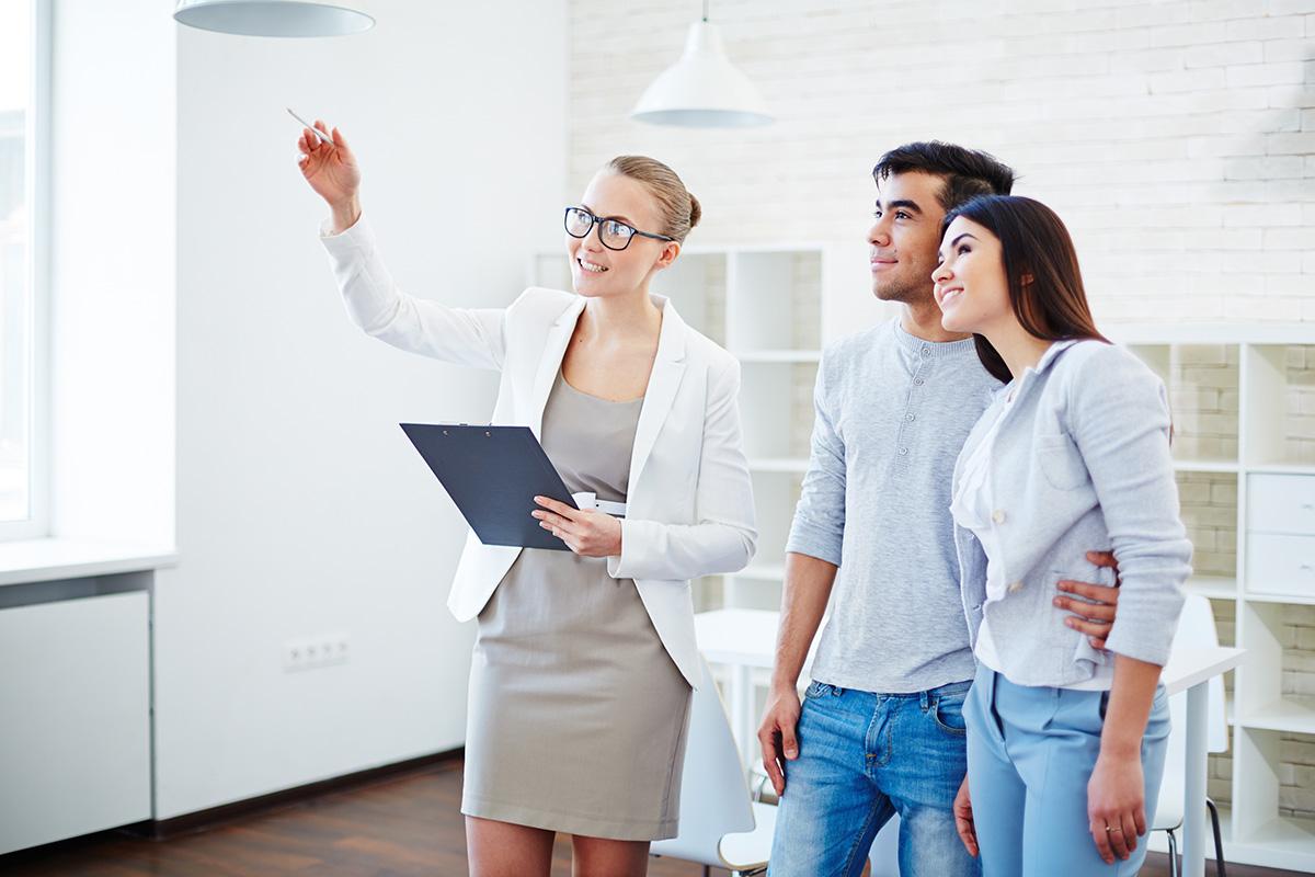 Beim Kaufen eines Hauses ohne Makler verhandeln Privatpersonen miteinander.