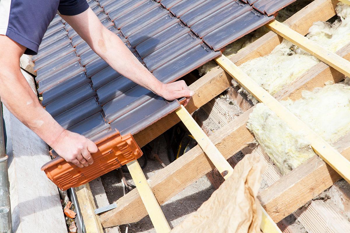 Das Eindecken des Daches sorgt für eine dichte Außenhülle.