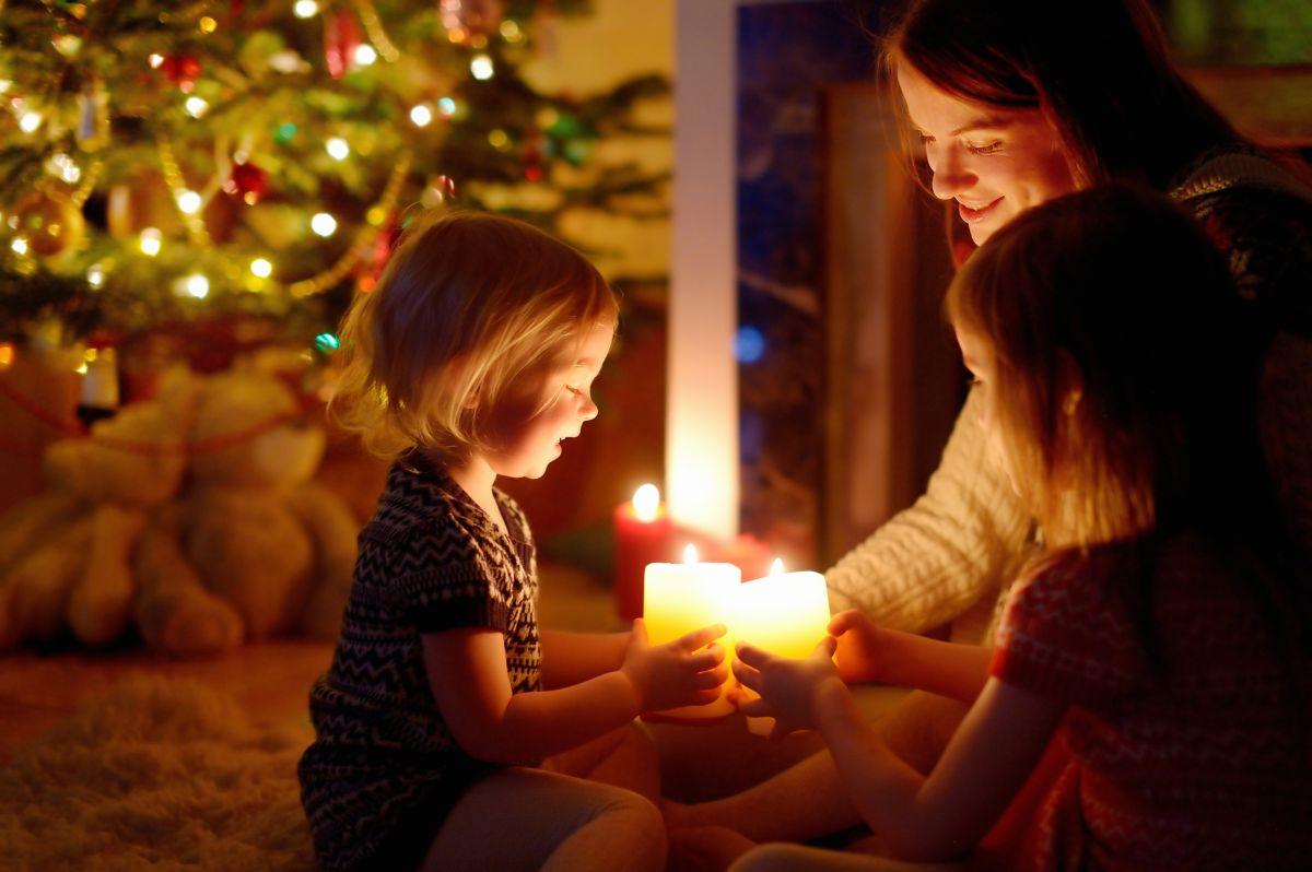 Familie mit brennenden Kerzen