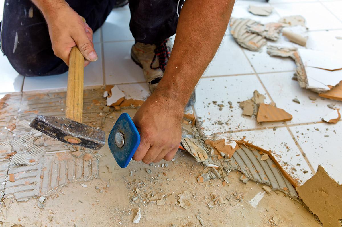 Zum Modernisieren des Hauses gehört auch die Erneuerung der Bodenbeläge.