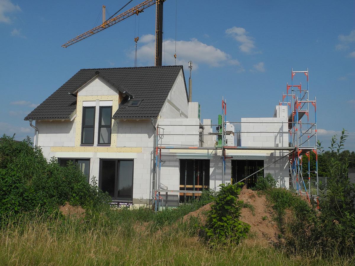Mit einer Aufstockung des Hauses kann man neuen Wohnraum schaffen.