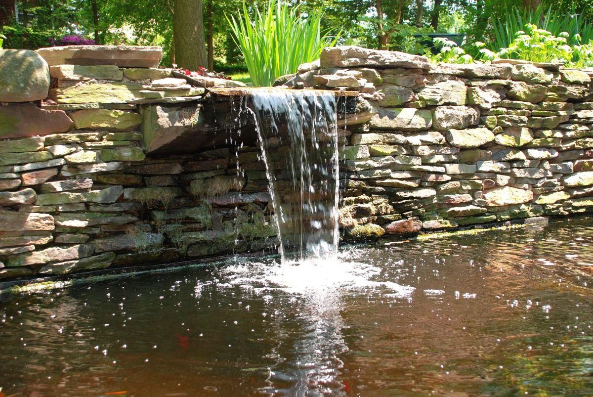 Teich mit Wasserfall