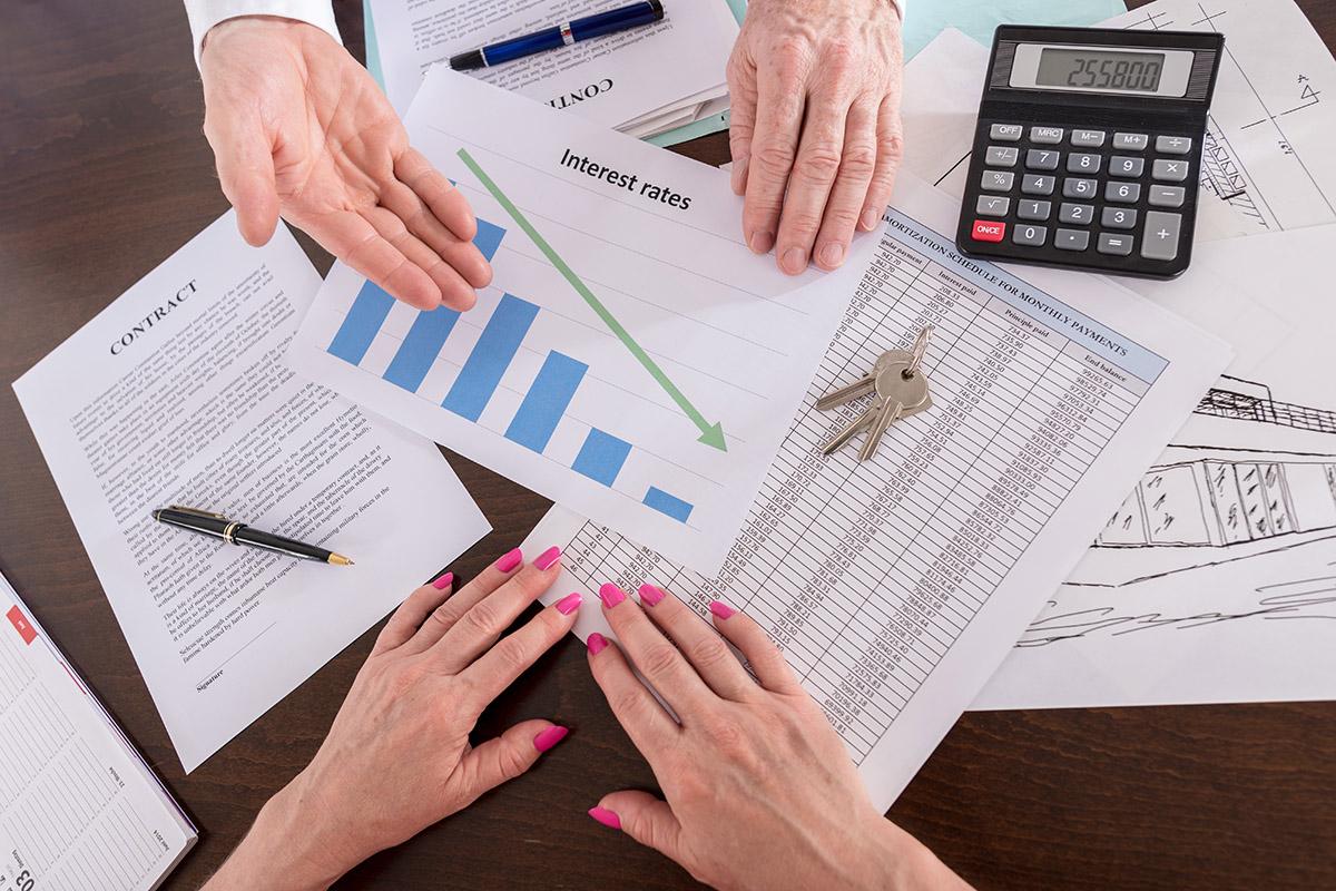 Bei der Kalkulation der Kosten sollte man den Makler nicht vergessen.