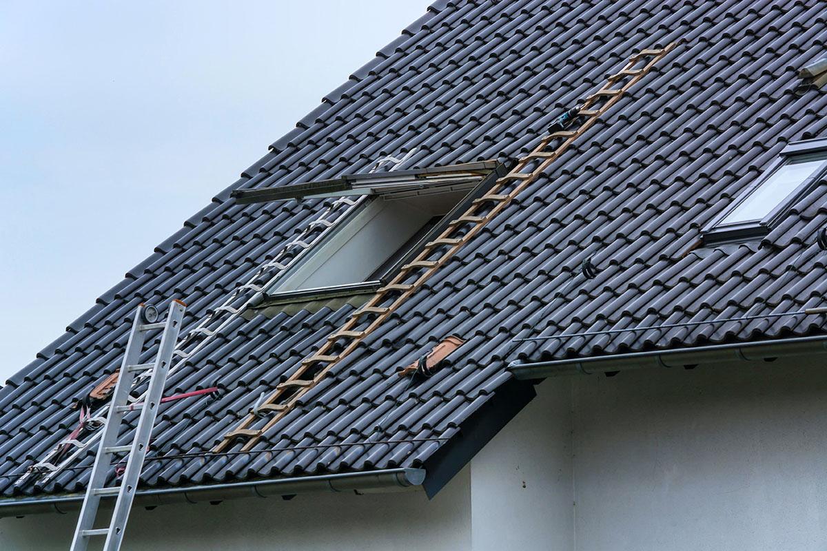 Mit dem nötigen Material und Tipps, kann man beim Fenster einbauen einiges sparen.
