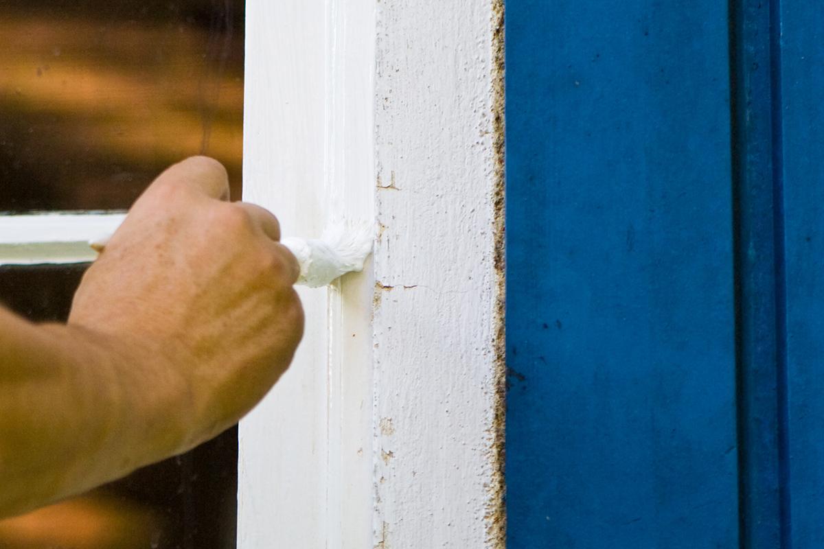 Um Farbnasen beim Streichen zu vermeiden, sollte man weniger Farbe verwenden.