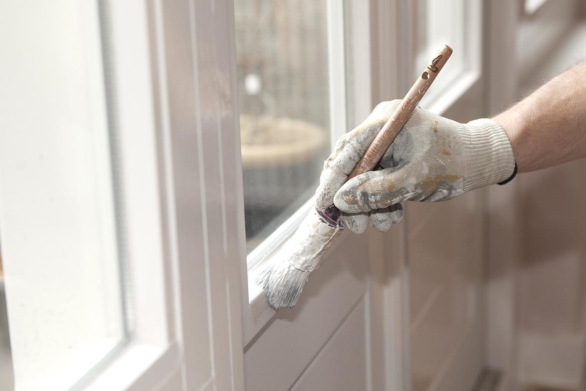 Bevor man mit dem Streichen beginnt, werden die Fensterrahmen gründlich gereinigt.