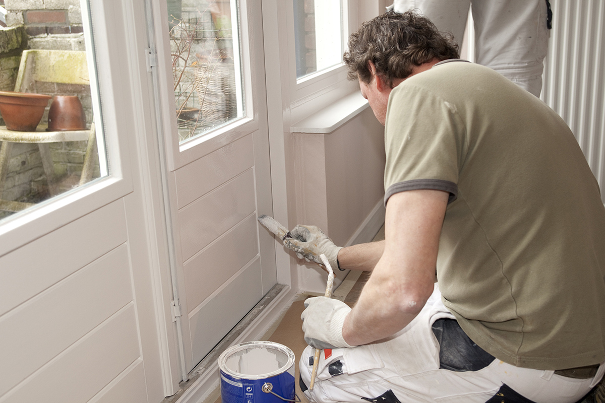 Sind die Türrahmen abgenutzt, sollte man zur Farbrolle greifen um neu zu streichen.