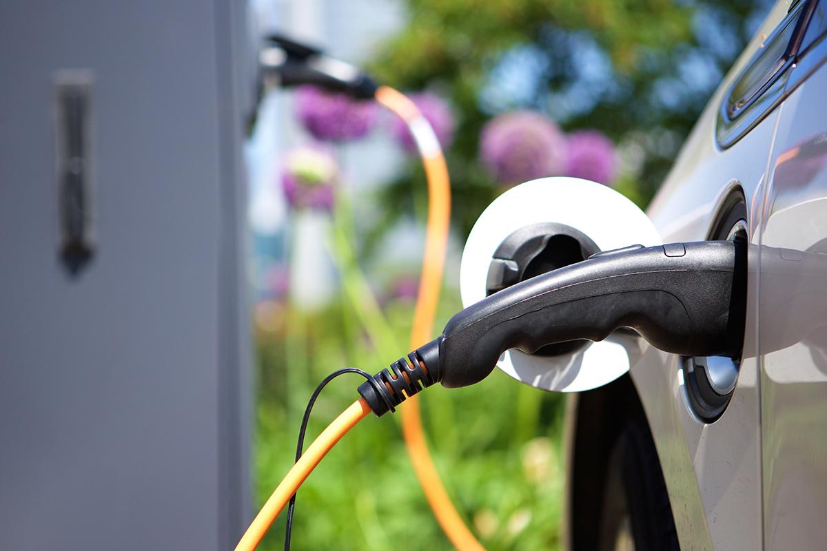 Eine Wallbox zu installieren bedeutet auch, Schutz vor Überspannung und Kabelbrand. (Bild: mimagephotography/clipdealer.de)