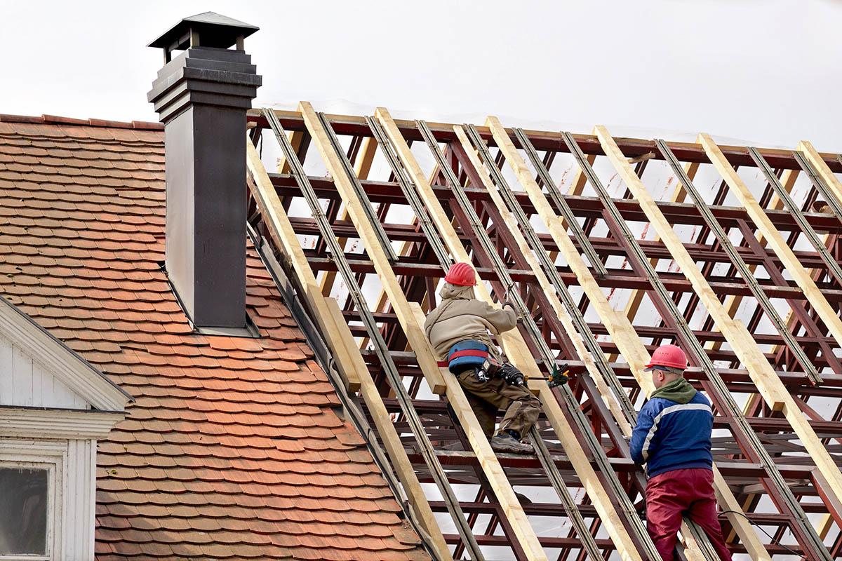 Sobald ein Dachbalken an Tragfähigkeit verliert, sollte dieser ersetzt werden.
