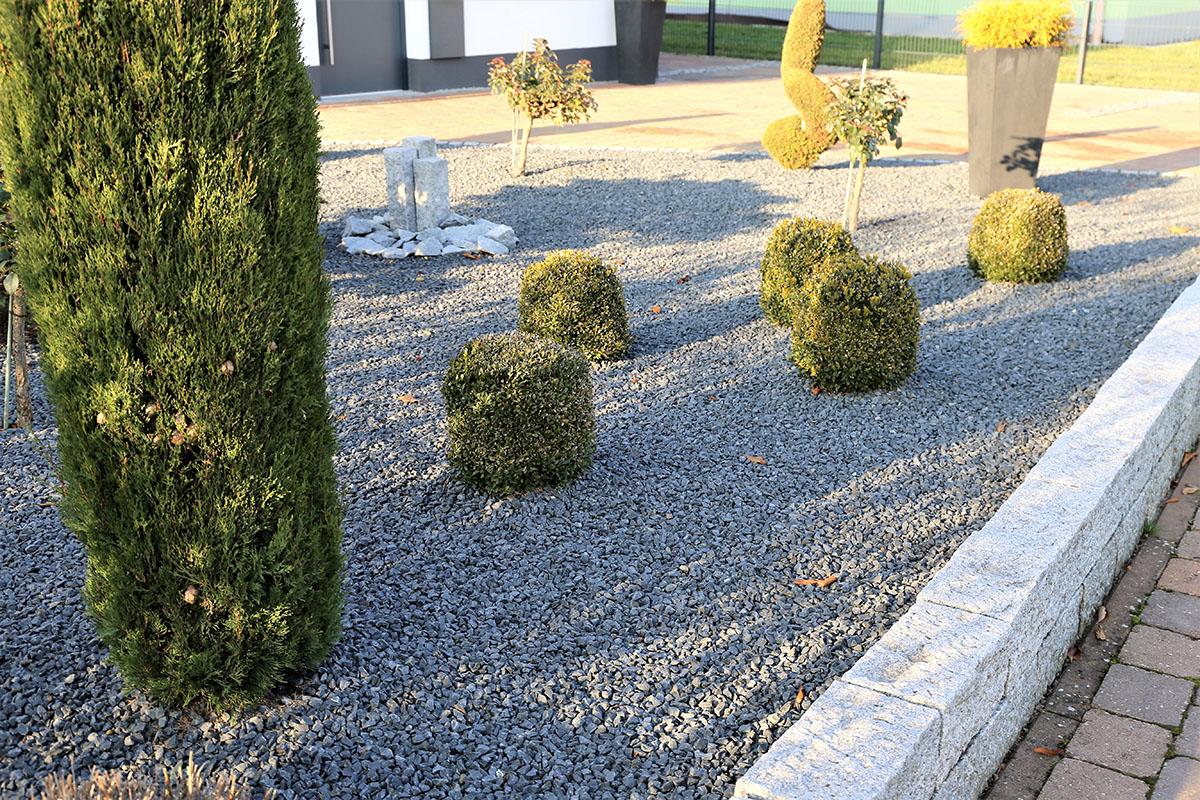 Skulpturen, Pflanzkübel, Findlinge, Dekosteine und Statuen können eingesetzt werden.