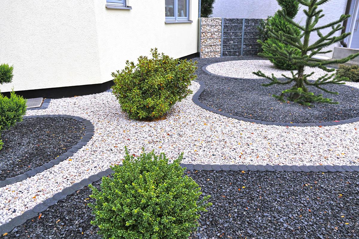 Passend geschwungene Linien bringen mehr Offenheit und Natürlichkeit in den Garten.
