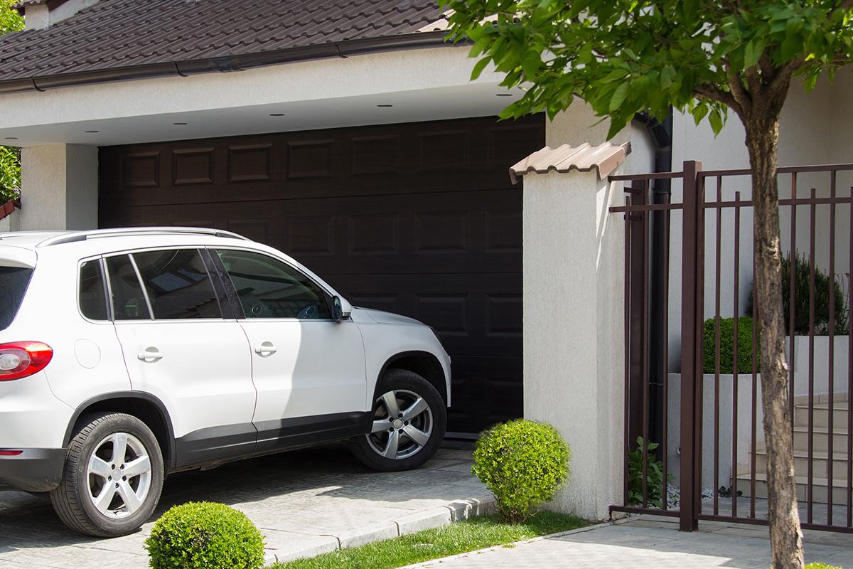 Die Garage schützt das Auto rundum von allen Seiten und umgibt es mit Mauern.