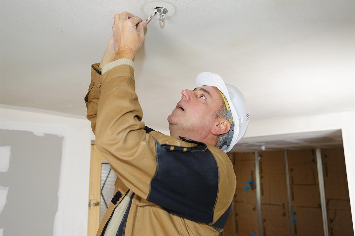Sie sollten sich vor elektrischen Schlägen schützen und unbedingt die Sicherung vor Beginn der Arbeiten rausmachen.