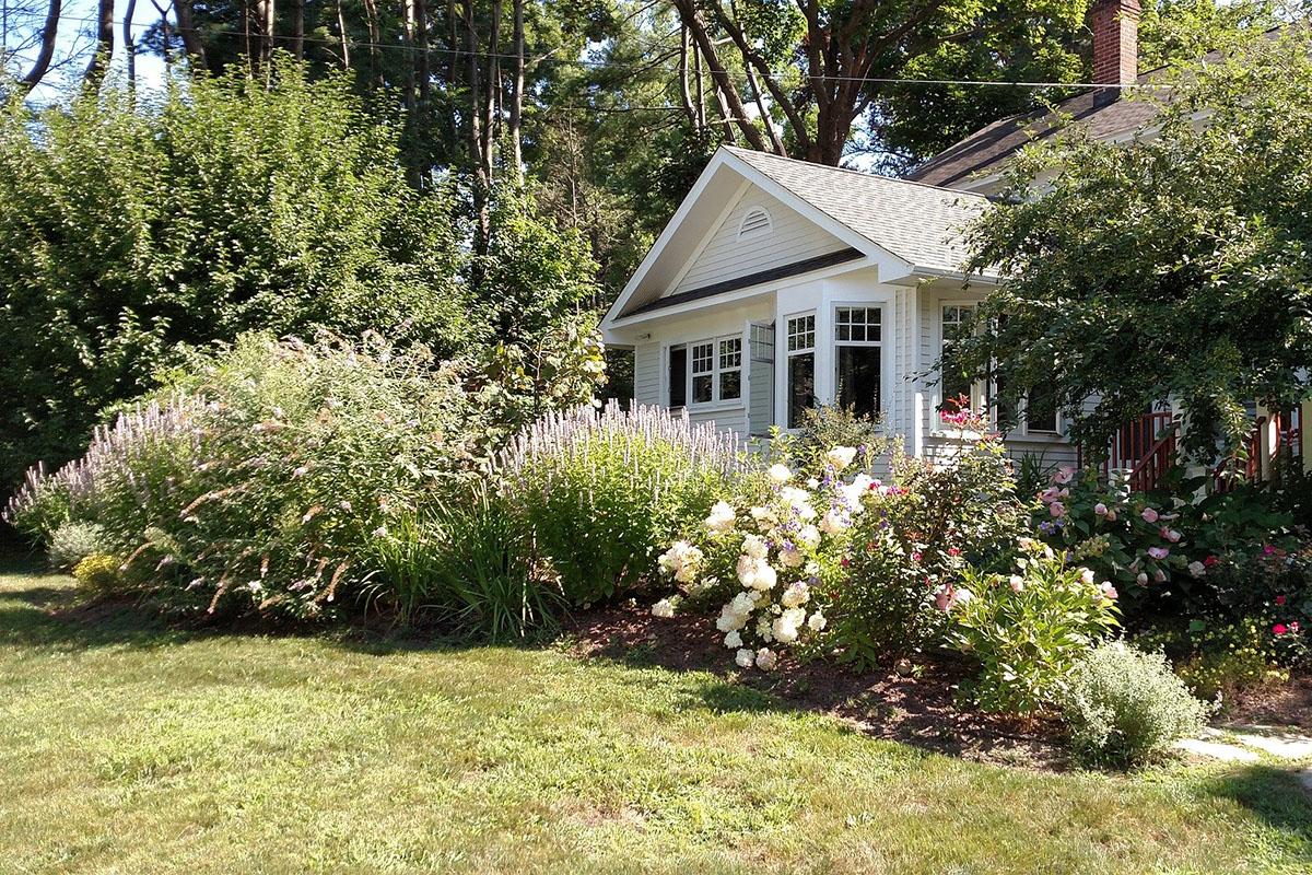 Beim Bepflanzen des Vorgartens ist die Platzierung verschiedener Pflanzen wichtig.