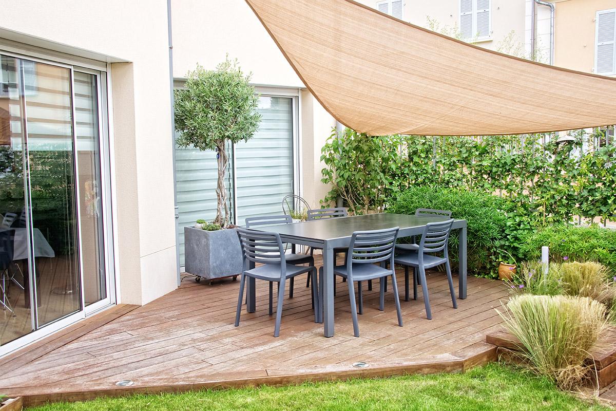 Ein Boden aus Holz verleiht der Terrasse eine besonders rustikale, warme Optik.
