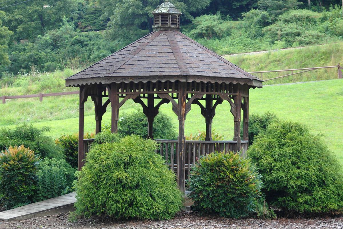 In einem Holzpavillon lassen sich auch kleine Schauer gut überstehen.