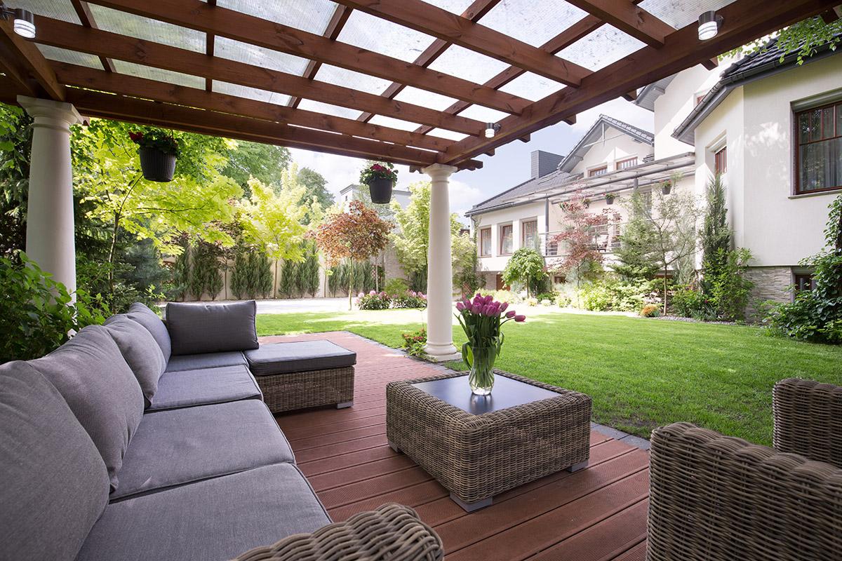 Eine Pergola ist eine lockere Überdachung für die Terrasse.