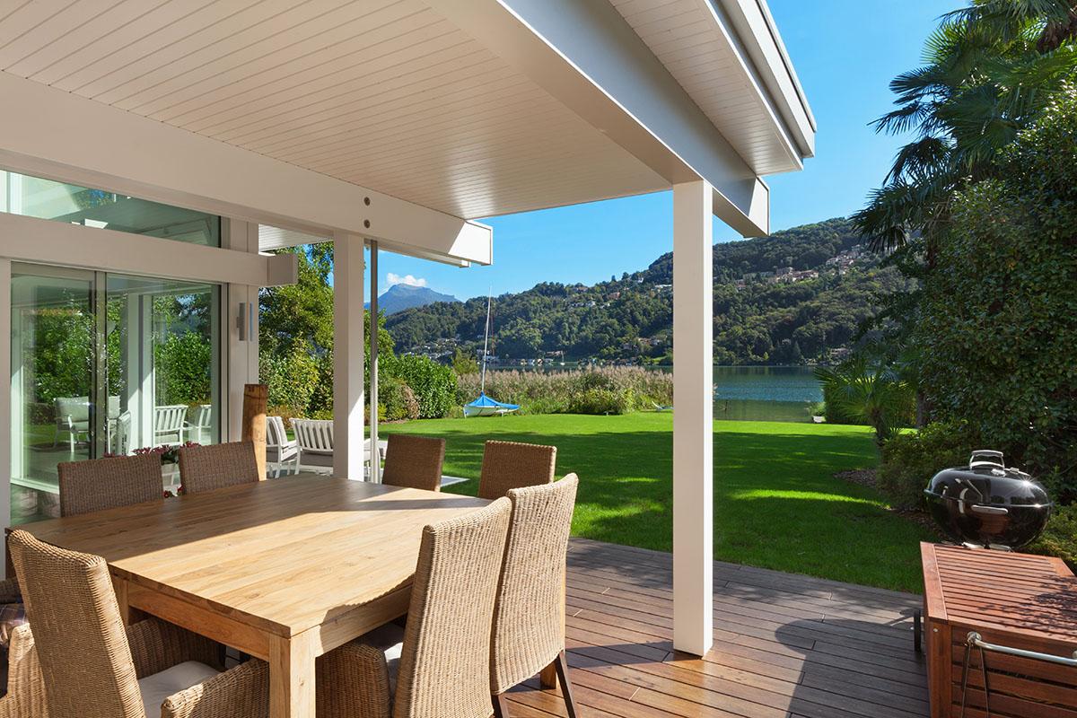 Bei Terrassendächern müssen Gartenmöbel selbst bei Regen nicht abgedeckt werden.