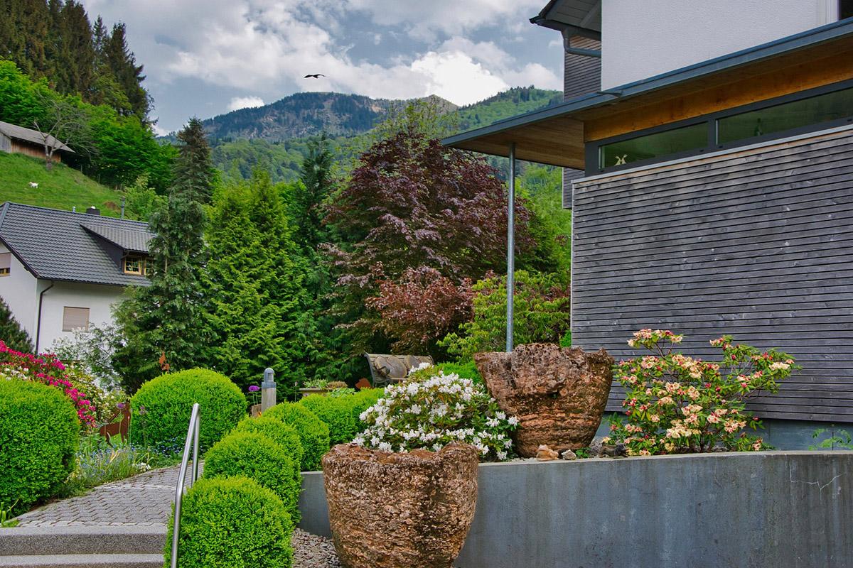 Die gesamte Planung der Vorgartengestaltung zielt darauf ab, die Elemente des Hauses in den Fokus zu rücken.