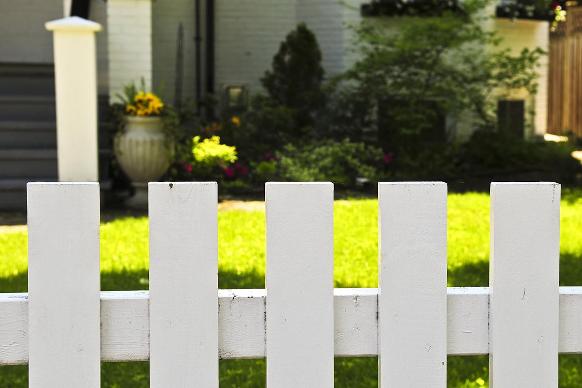 Bei Kinder oder Hunden kann ein Zaun um den Vorgartenbereich sehr praktisch sein.