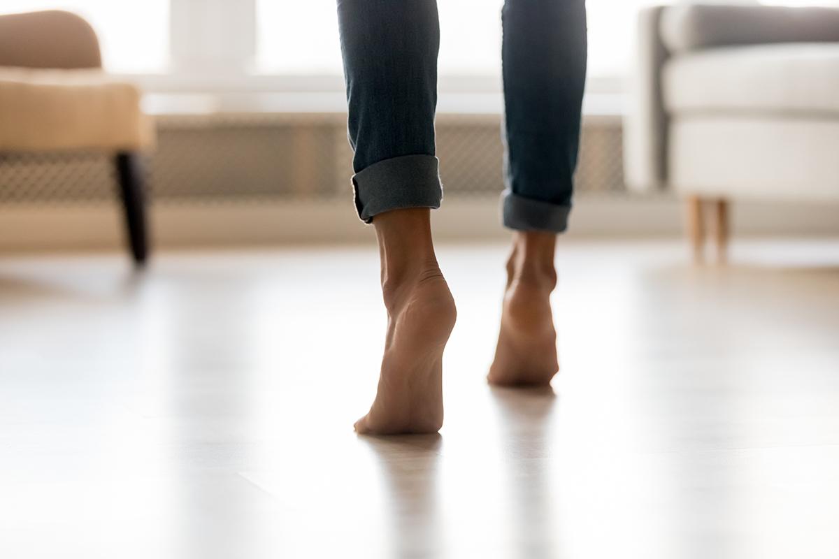 Die Wärme der Fußbodenheizung steigt gleichmäßig vom Boden nach oben auf.