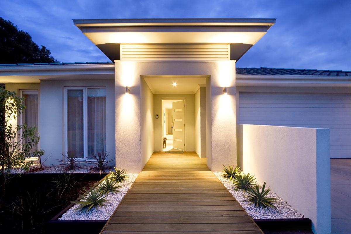 Wohnungseigentümer müssen den Weg zum Hauseingang beleuchten, damit keine Gefahr droht.