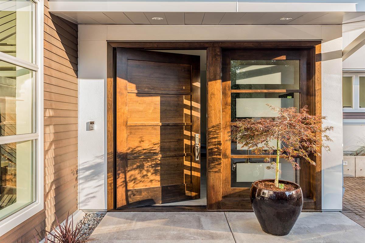 Die Haustür sollte zum Stil des Hauses passen und den Eingangsbereich schmücken.