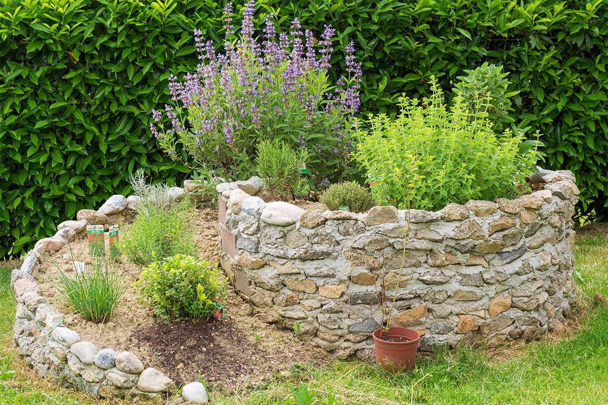 Kräuterspirale - Die Steine speichern die Sonnenwärme und geben diese nachts wieder ab.