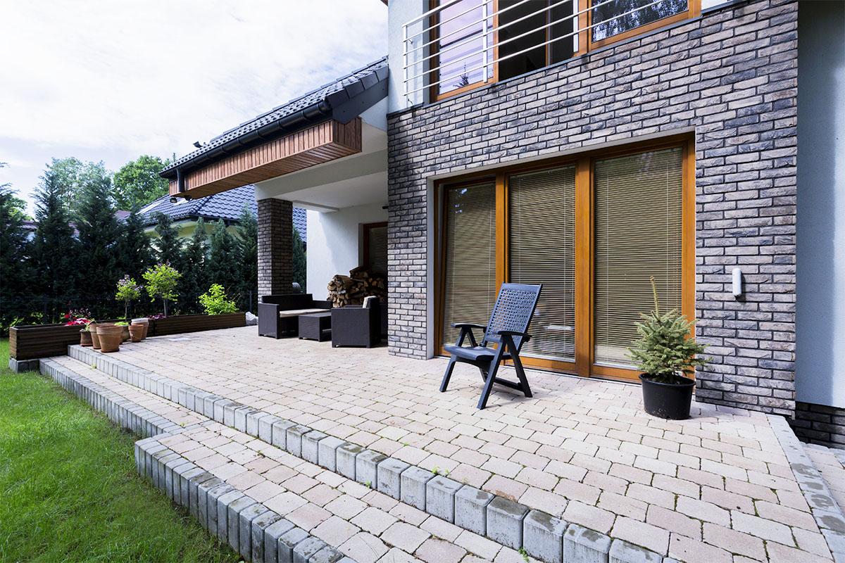 Man sollte die Steinpflege auf der Terrasse jedes Jahr im Auge behalten.