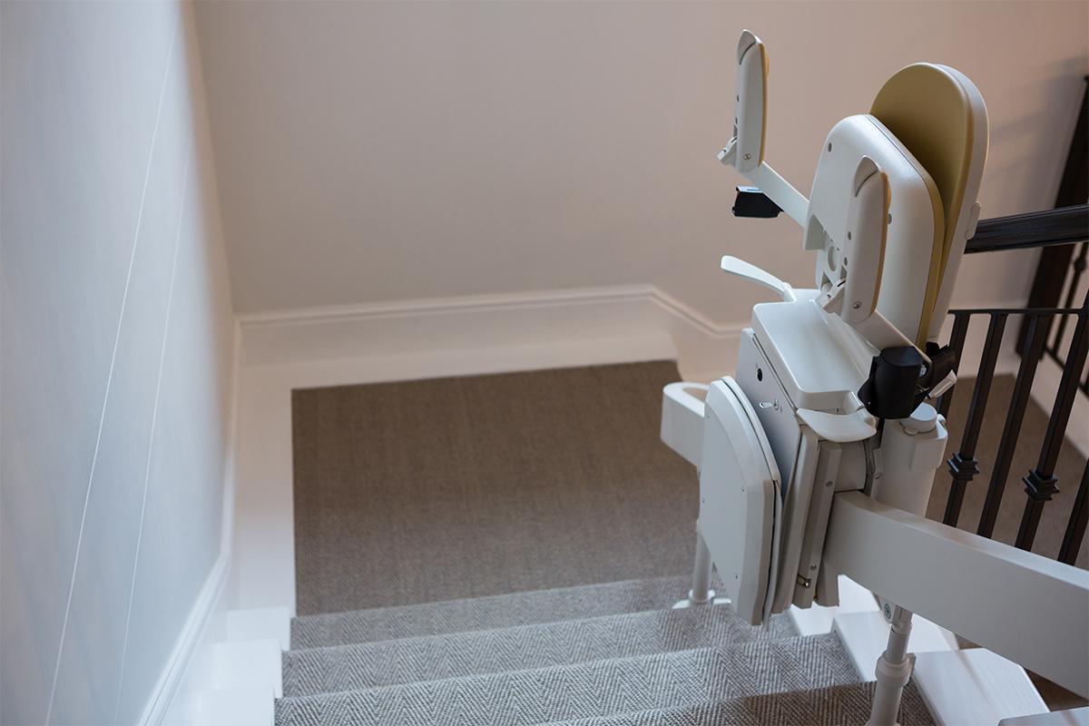 Ist die Wohnung aus mehreren Stockwerken angelegt, hilft ein Treppenlift, Hindernisse zu überwinden.