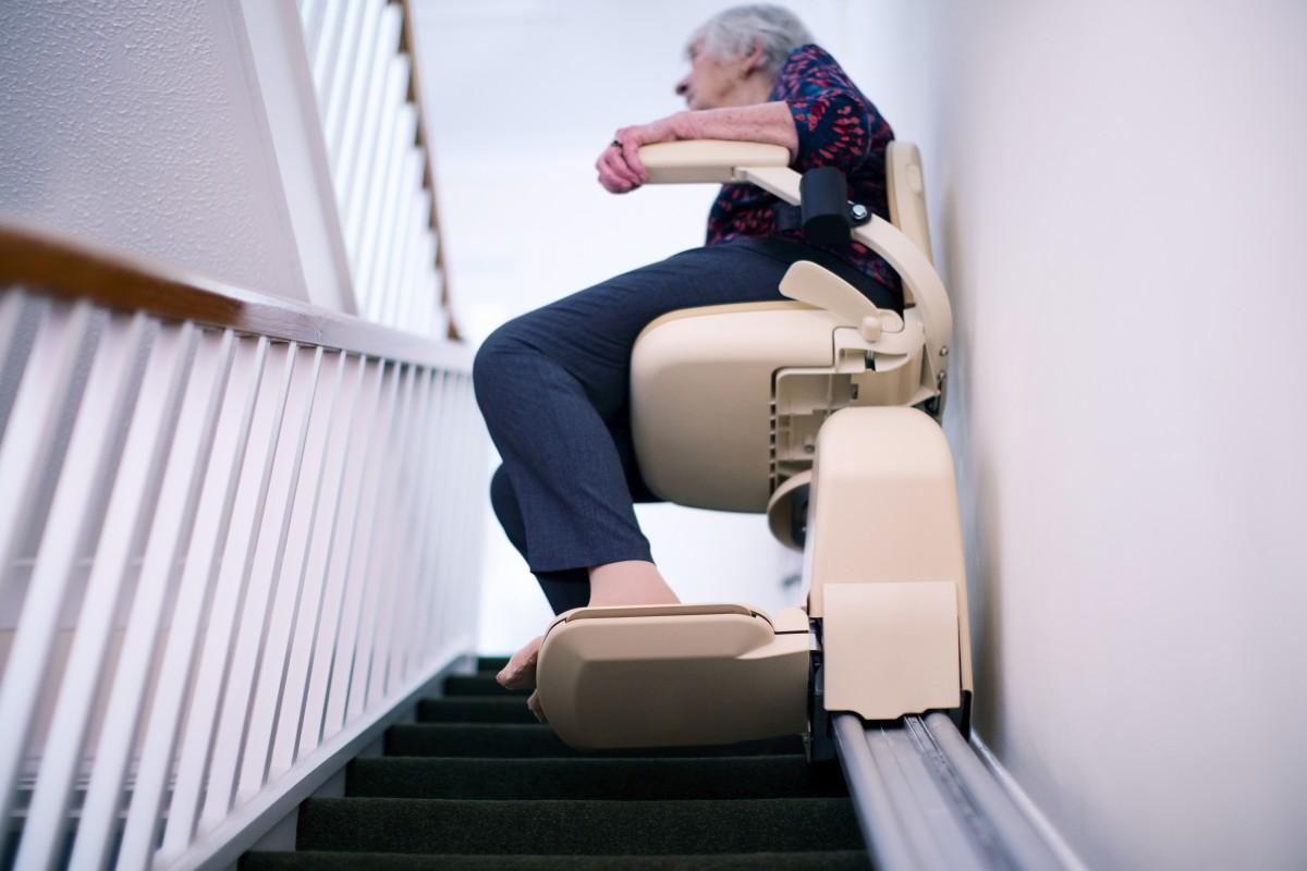 Dame auf einem Treppenlift