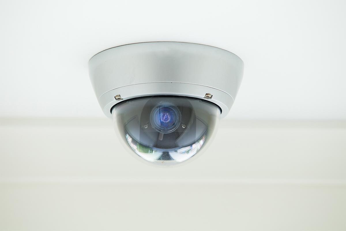 Der Nachbar hat das Recht, bei einer schwenkbaren Kamera, Sie um Unterlassung zu bitten.