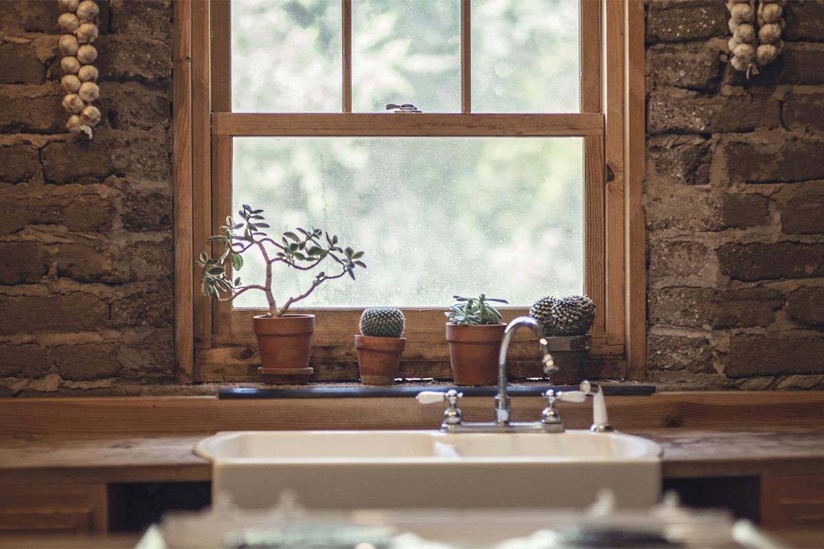 Kräutertöpfe erweisen sich als nützlich und finden auch auf schmalen Fensterbrettern Platz.