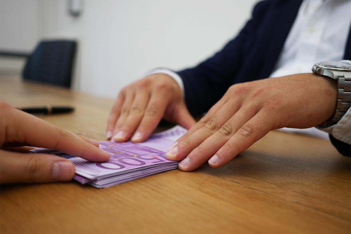 Der Antrag für einen Kredit kann von den Banken abgelehnt werden, wenn der Antragsteller das Geld nicht zuverlässig zurückzahlen kann.