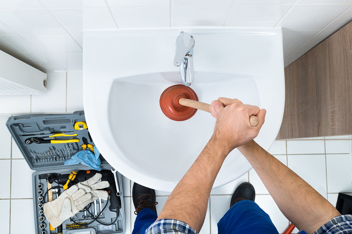Der Pümpel muss zuerst auf die Abflussöffnung gesetzt werden – gefolgt von Pumpbewegungen.