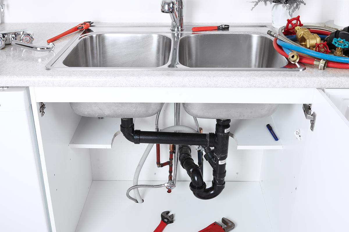 Das Spülbecken in der Küche ist nicht selten eine Art Auffangbecken für Abfälle aller Art.