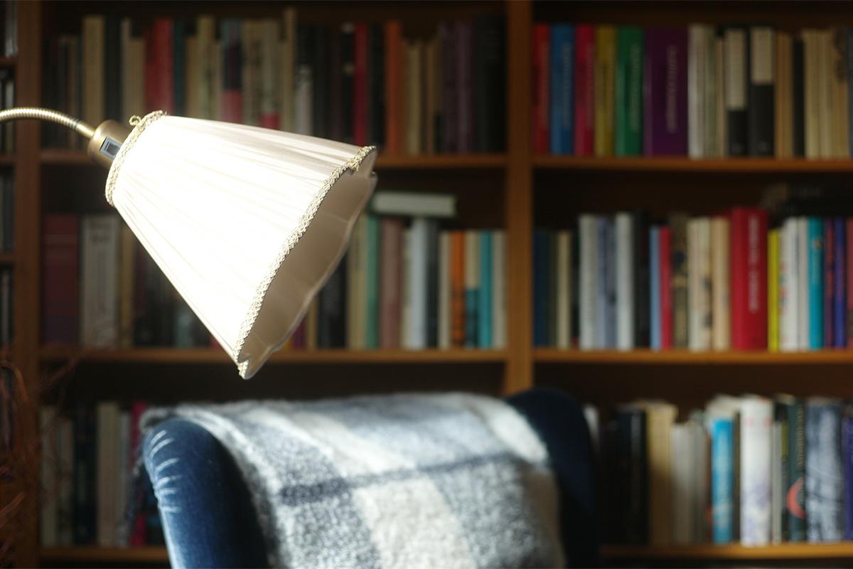 Das Buch sollte von der ausgesuchten Lampe nicht direkt angeleuchtet werden.