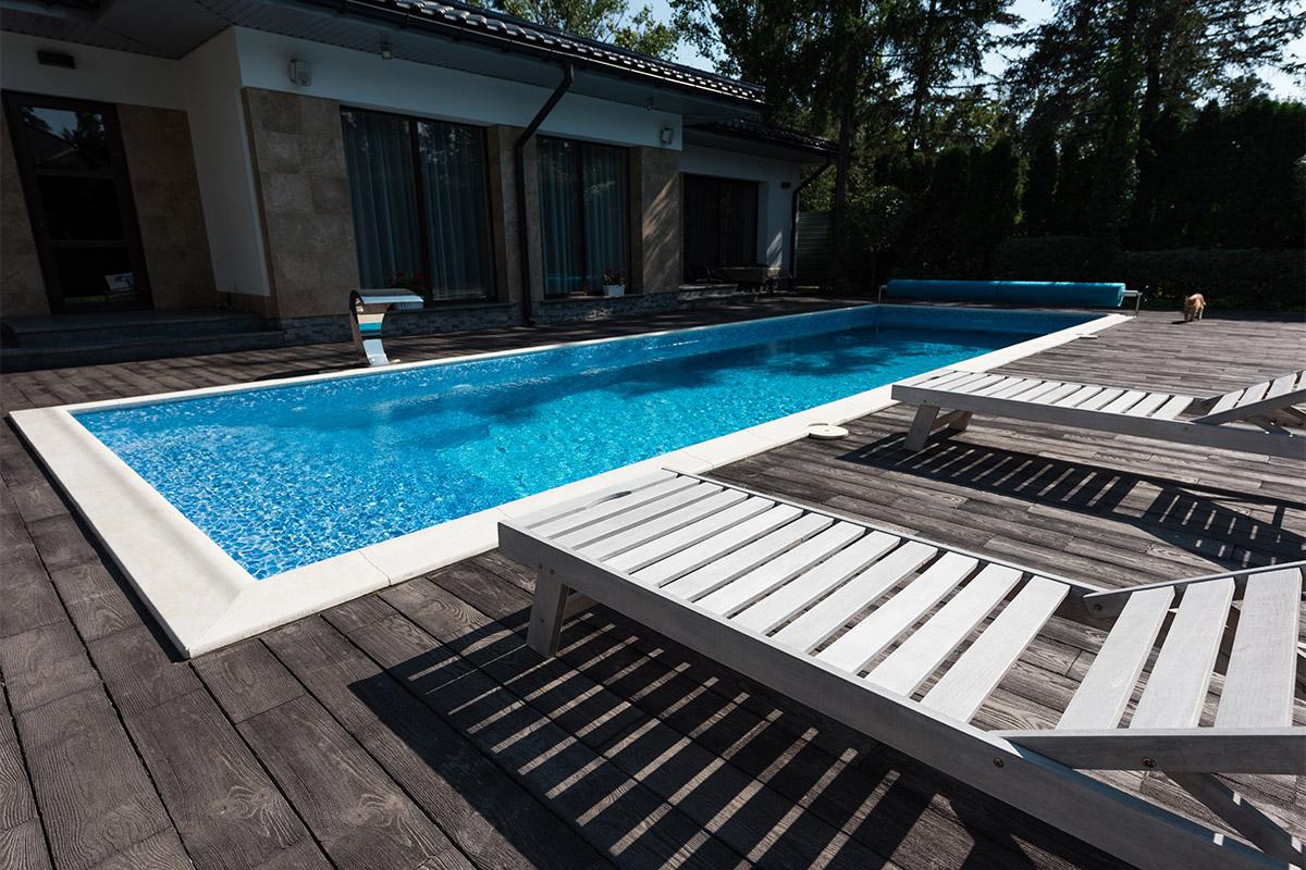 Wer einen Pool planen möchte, sollte sich unbedingt mit der richtigen Größe auseinandersetzen.