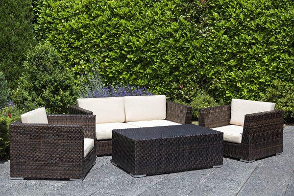 Eine Sitzecke im Garten bietet die Grundlage für einen idyllischen Nachmittag im Garten.