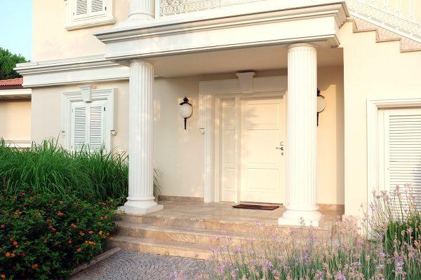 Ein Haus sieht durch Stuckleisten und Säulenverkleidung aus Styropor gleich viel besser aus.