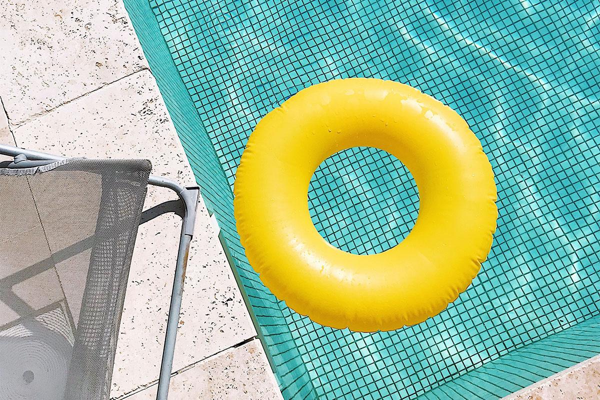 Das Becken braucht Platz, doch ringsherum soll in der Regel eine Freifläche bleiben.
